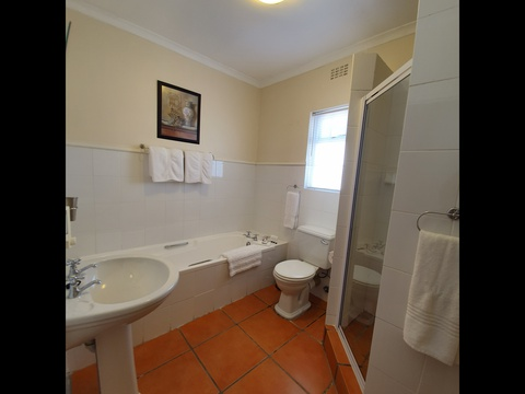 Paradiso Self Catering Two Bedroom Cottage 2nd Bathroom